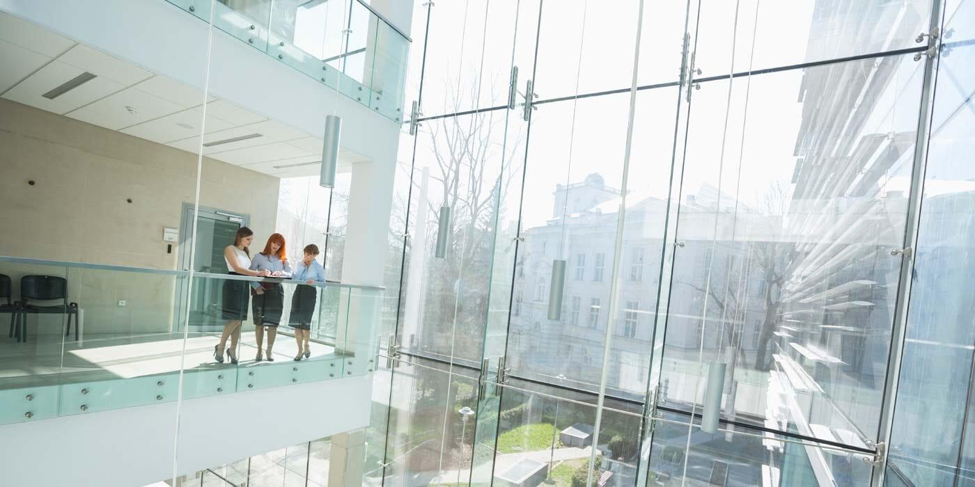 Managerinnen in Gebäude mit Glasfassade