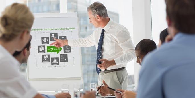 Senior-Consultant zeigt Prozesse am Flipchart